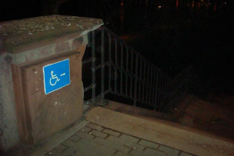 Rullstolsburna hänvisas till trappor (fotokredd: kasmeneo, på flickr, licens cc-by-sa)